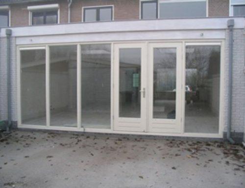 Aanbouw met houten openslaande deuren